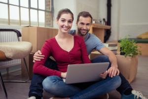 zufriedenes junges paar in der neuen wohnung